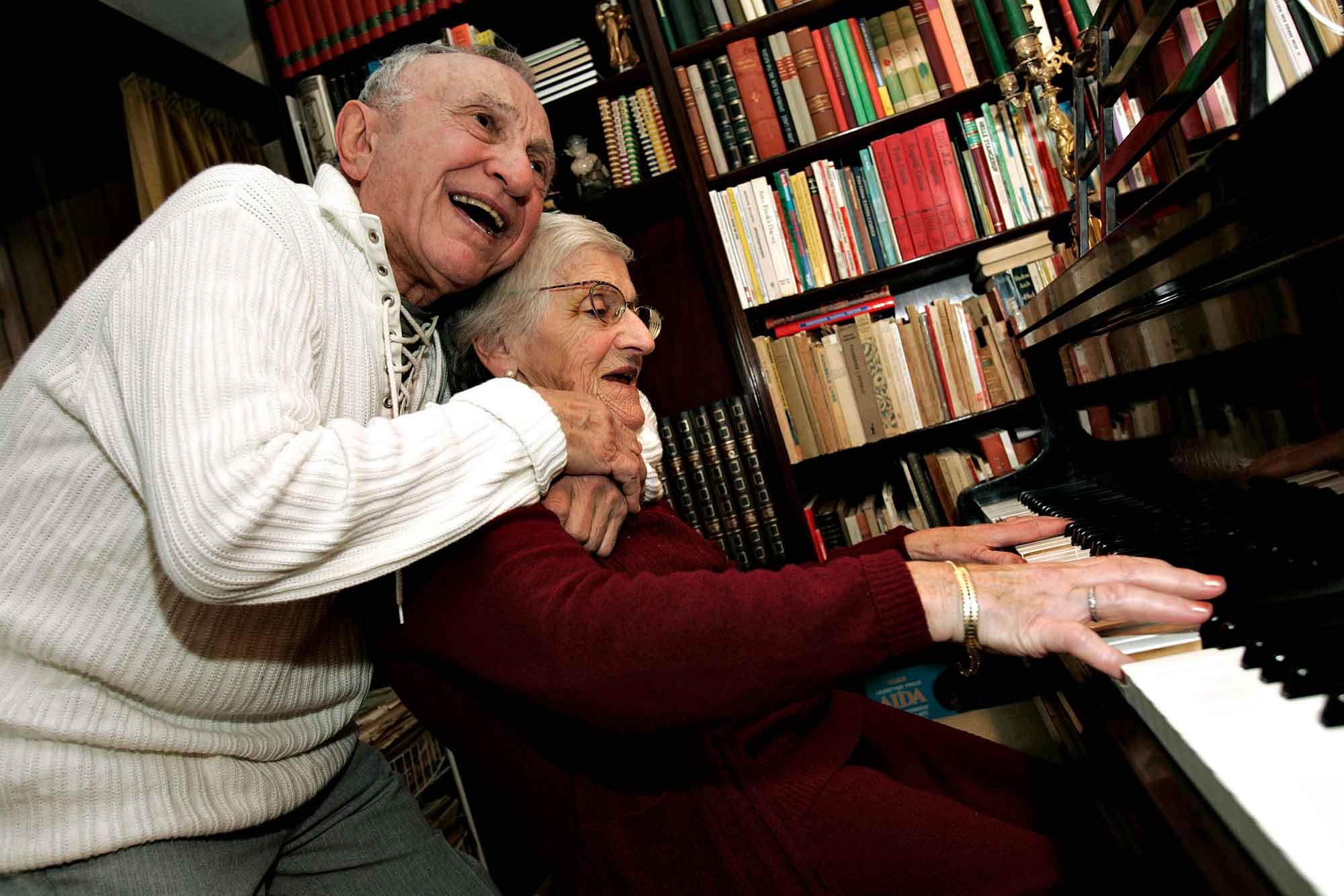 Ældre ægtepar synger og spiller