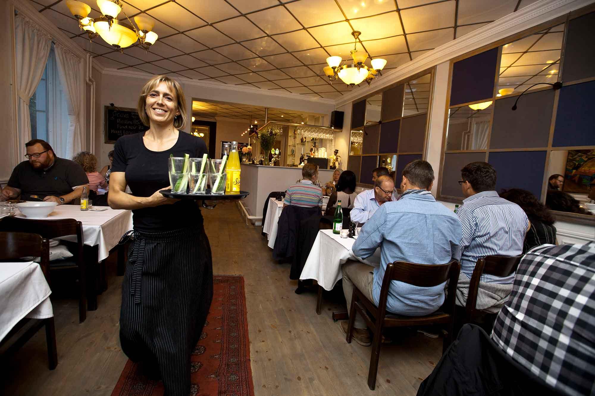 Becks-bistro, tjener serverer for gæster