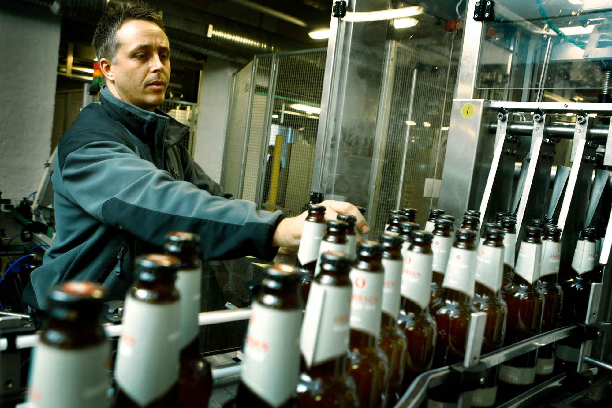 CARLSBERG_rensning af flasker i produktionen