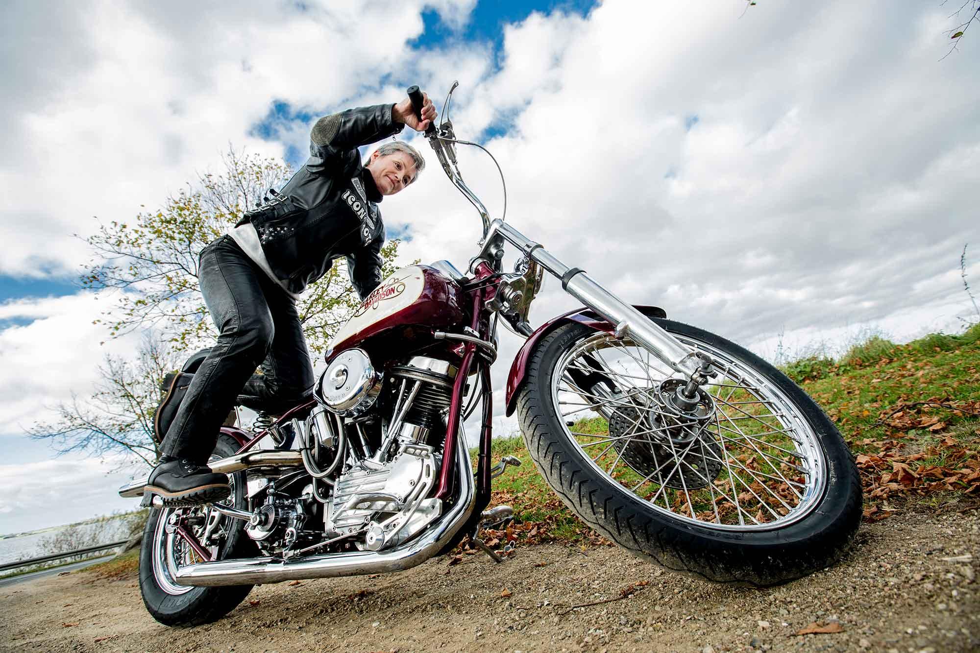 Kvinde med sin Harley Davidson