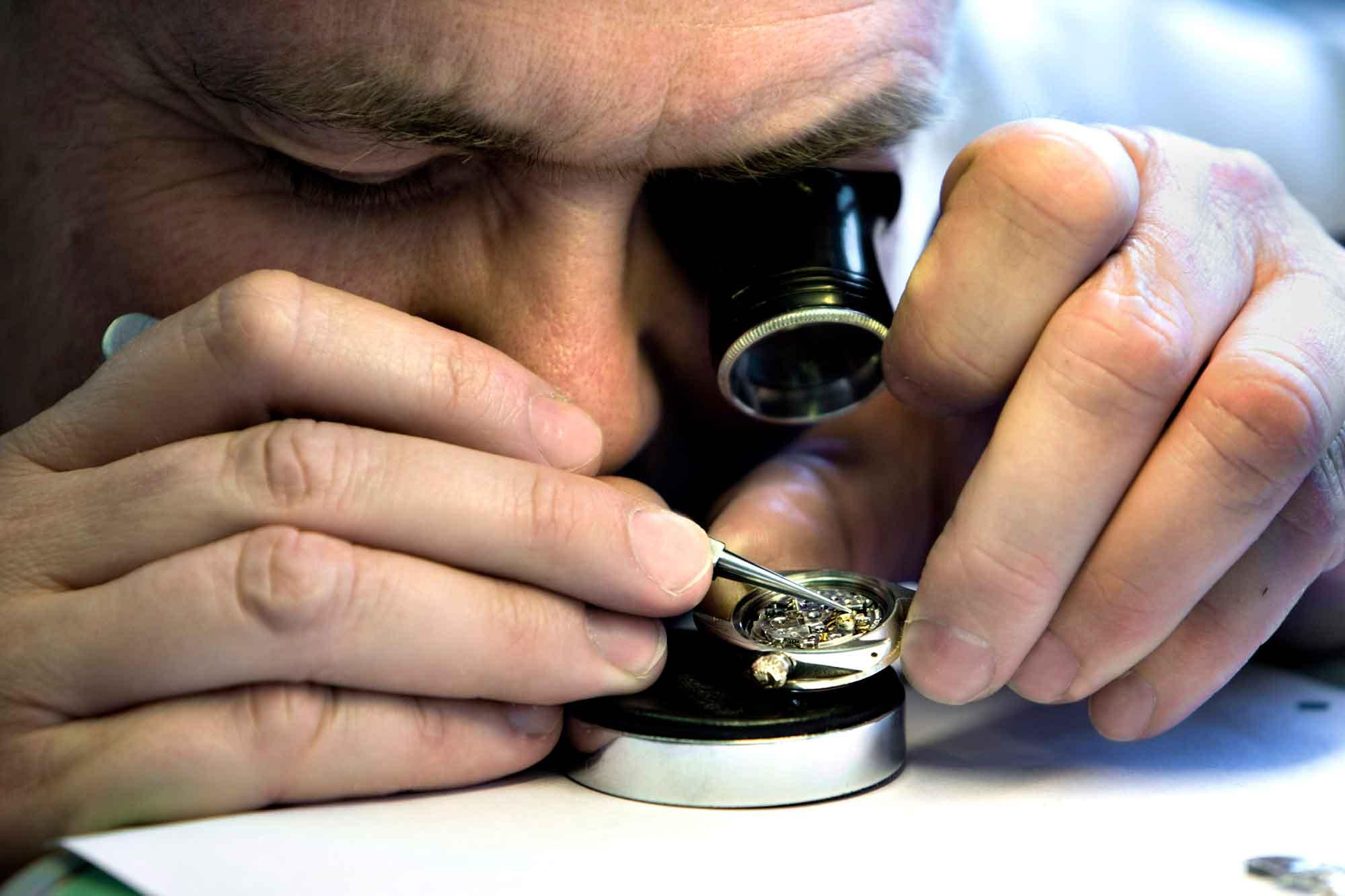 Urmager fra Klarlund reparerer lommeur