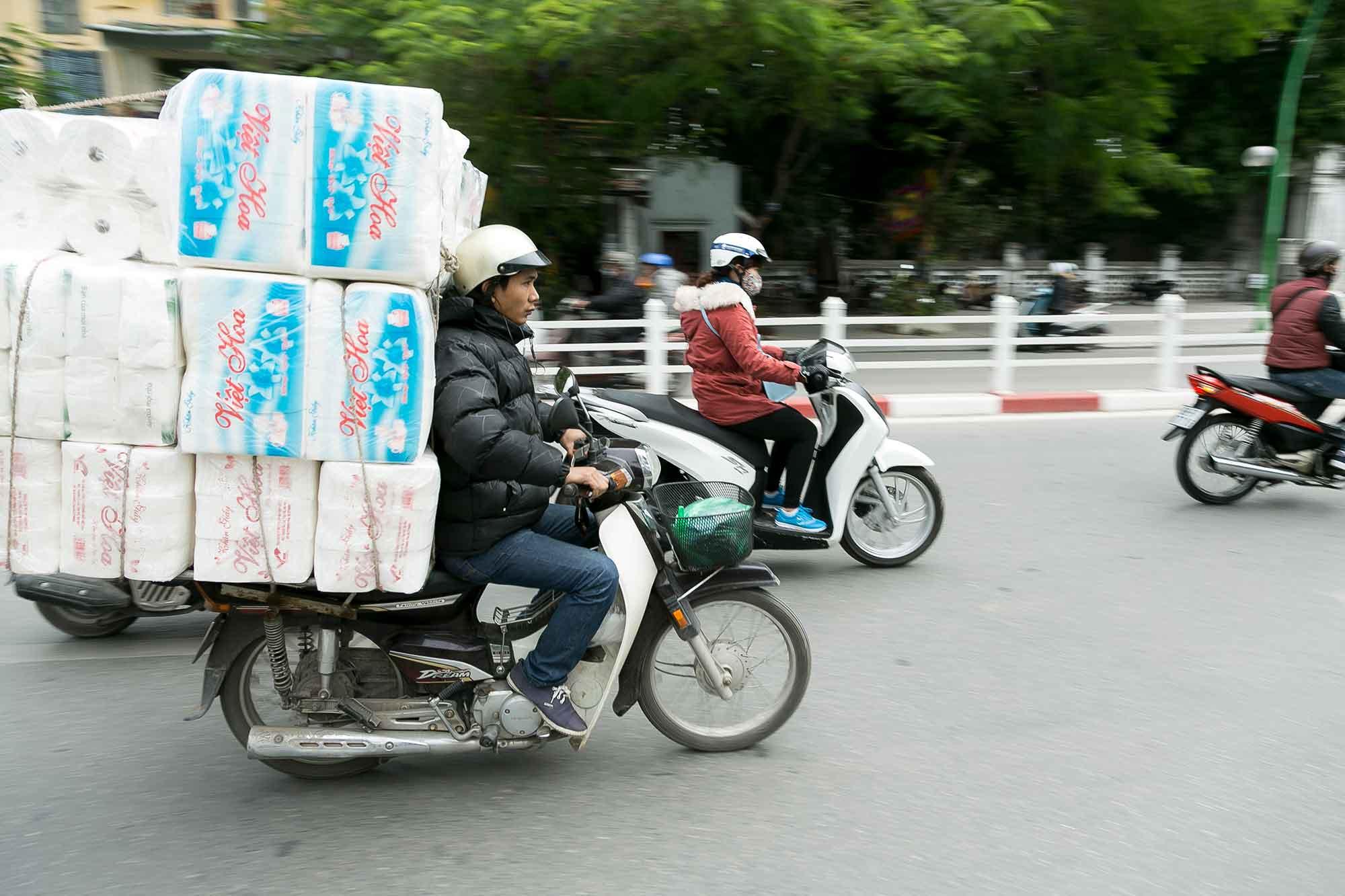 Vietnam - transport af 200 køkkenruller på knallert